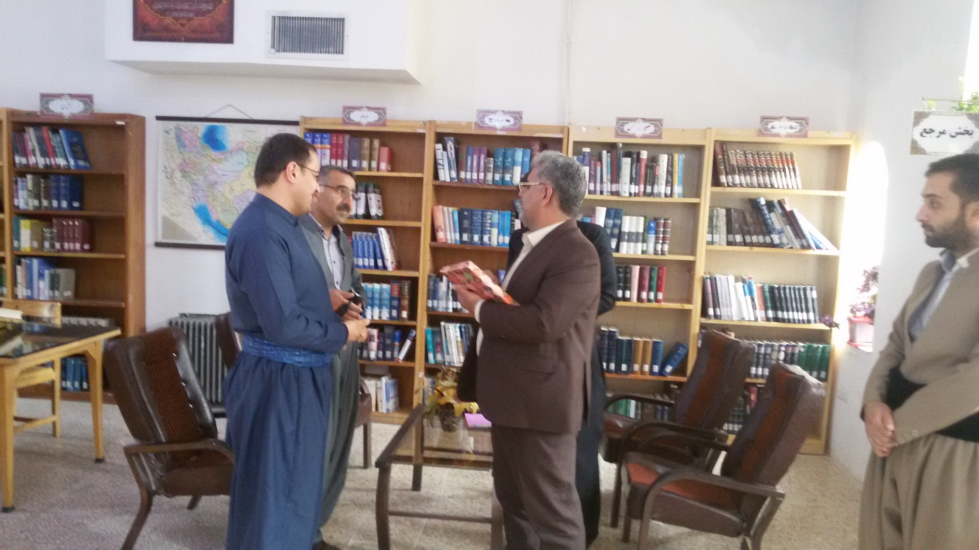 بازدید ایده پور فرماندار پاوه از کتابخانه وحدت