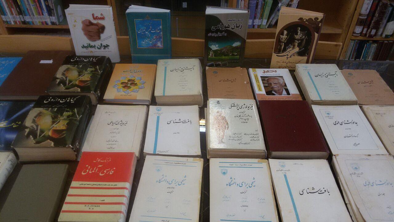 اهدای کتاب به کتابخانه عمومی وحدت توسط آقای رضا خالدی